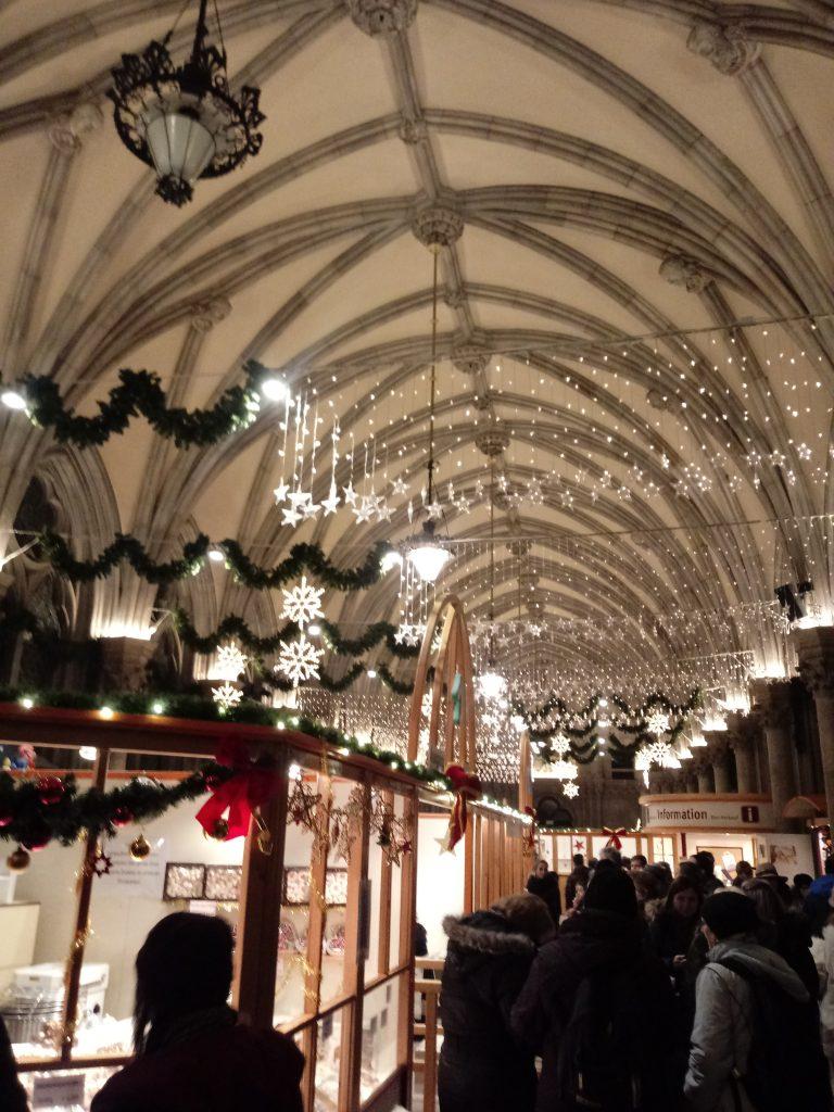 بازارچه کریسمسی در داخل ساختمان شهرداری وین Rathaus