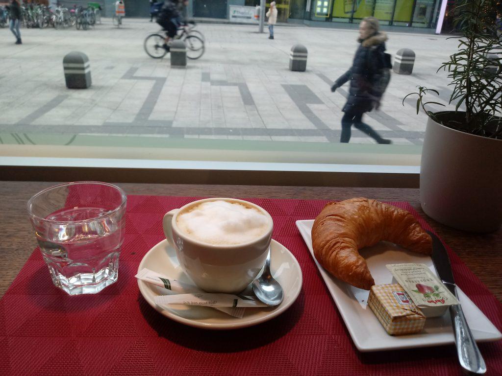کراسان و قهوه در کافه Pasta & Café by INTERSPAR وین
