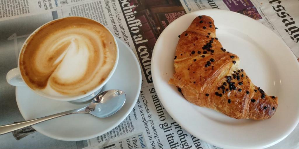 کاپوچینو و کراسان یا همون Caffè e Cornetto