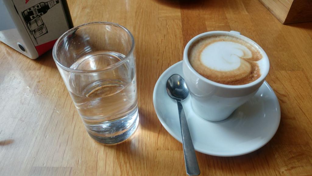 قهوه کاپوچینو به همراه آب