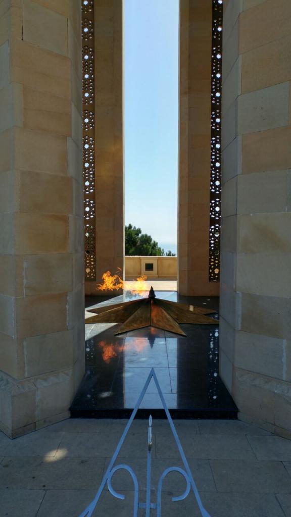 آتشکده نمادین در بام باکو. اهالی باکو پیشینه زرتشتی دارن و هنوزم زرتشتیها سکونت دارن.