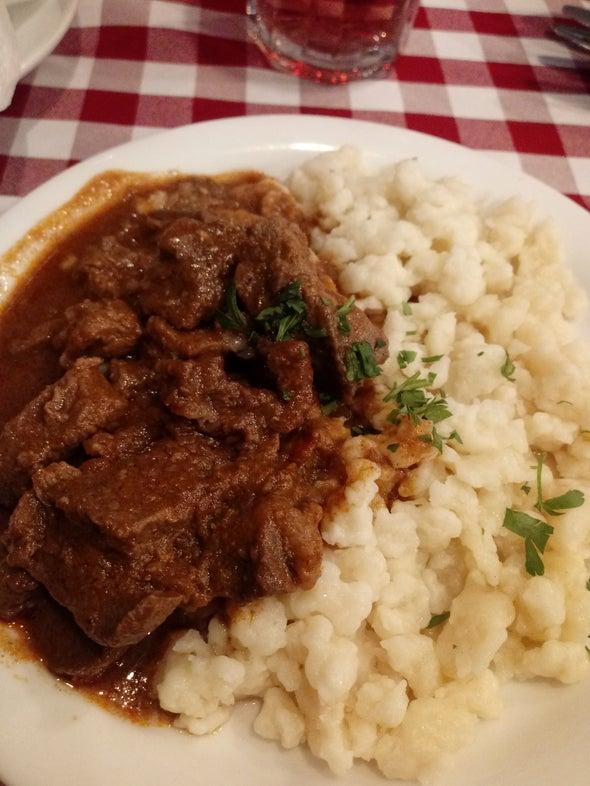 غذای محلی مجارستانی Pork beef stew dumplings