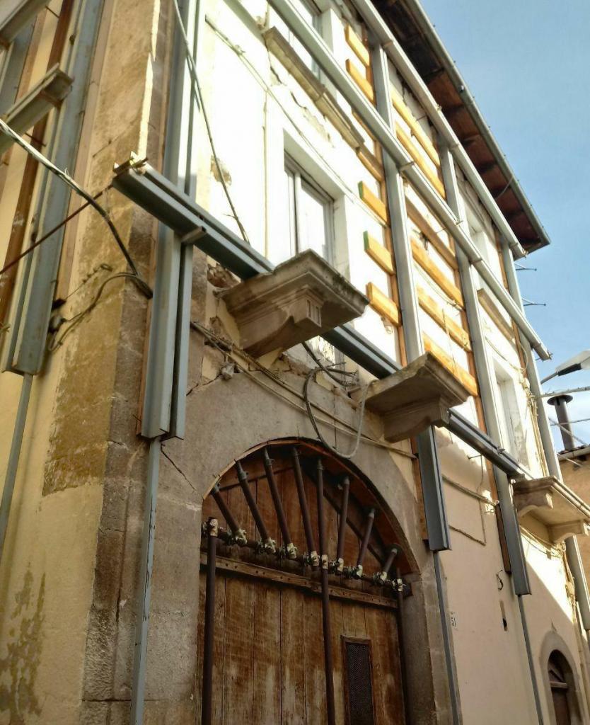 حفاظت از ساختمانهای شهر زلزله زده لاکوئیلا ایتالیا قبل از شروع عملیات بازسازی