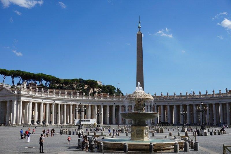 میدان معروف سن پیترو واتیکان Piazza San Pietro